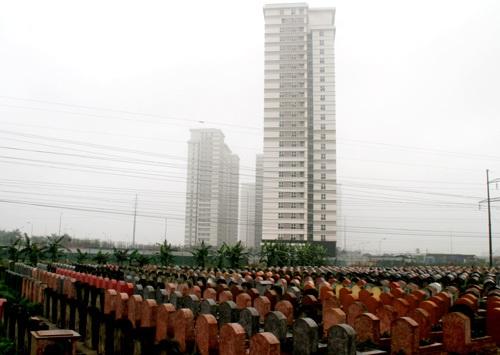 Một khu đô thị mới ở Hà Đông trước mặt là hàng nghìn ngôi mộ