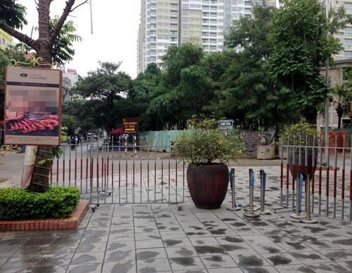 Một nhà hàng còn chắn cả rào sắt làm chỗ đỗ xe trên vỉa hè