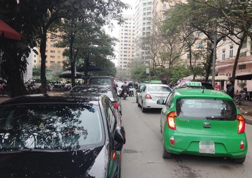 Giao thông ở đây trở nên quá chật chội, giờ cao điểm nhiều xe ô tô nối đuôi nhau chậm chạp