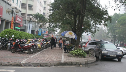 Hầu hết vỉa hè khu vực công cộng dưới các tòa nhà đã bị chiếm dụng làm chỗ đỗ xe