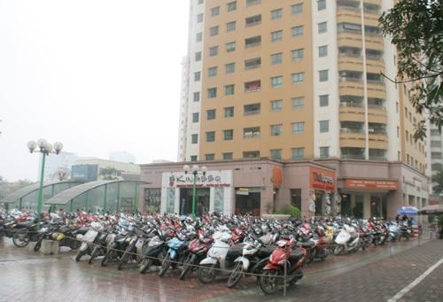 Hàng nghìn chiếc xe máy bao vây sân chơi giữa các tòa nhà