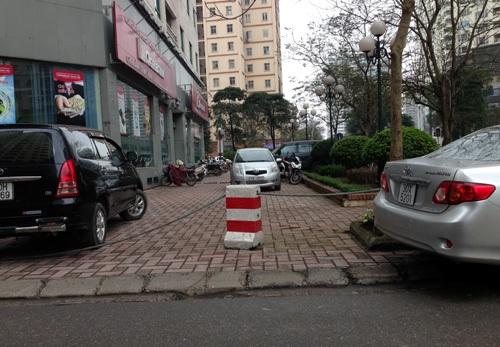 Nhiều vỉa hè quây kín để làm chỗ đỗ xe