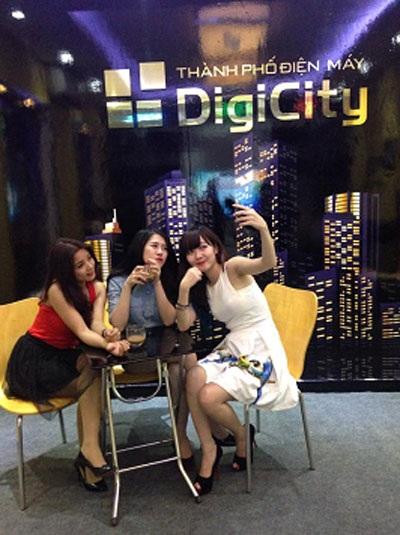 Hot Girl Hường Hana, Mai Sương, Lệ Quyên khám phá Thành phố điện máy