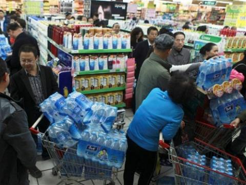 Người dân thành phố Lan Châu, tỉnh Cam Túc đổ xô mua nước đóng chai dự trữ - Ảnh: Reuters