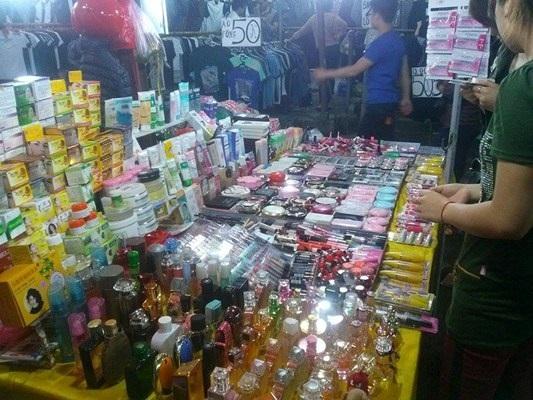 Mỹ phẩm được bán nhiều tại chợ đêm Hà Nội.