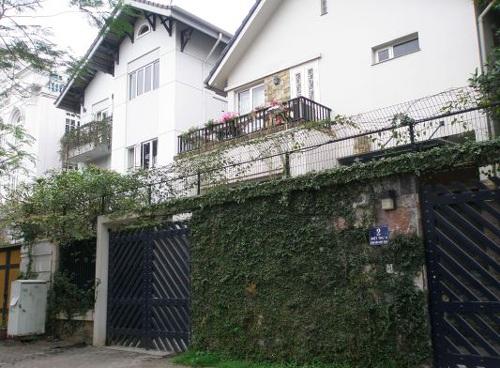 Thảm xanh trước nhà