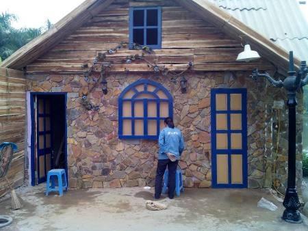 Ngôi nhà đang được sơn sửa để đưa vào chụp ảnh