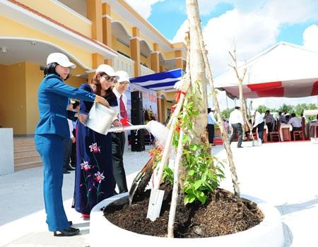 Các đại biểu trồng cây lưu niệm trong khuôn viên nhà trường