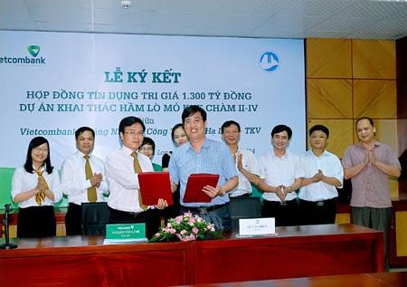 Đc Nguyễn Văn Lành GĐ VCB và đc Vũ Văn Điền GĐ than HL trao hợp đồng vừa ký kết.