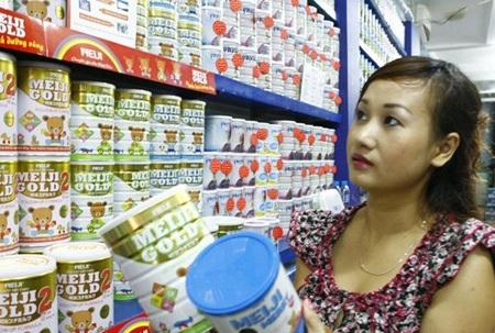 Các ông bố bà mẹ trẻ khấp khởi sung sướng vì giá sữa rốt cục sẽ bị khống chế