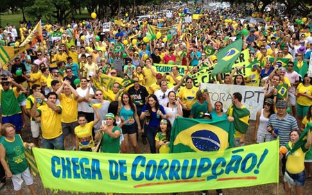 Người dân Brazil tuần hành hôm 15/3 (ảnh: Globo.com)