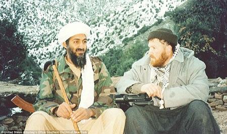 Bin Laden ngồi bên Abu Musab al-Suri, một kẻ tuyên truyền cực đoan người Syria