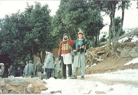 Osama Bin Laden cầm một khẩu súng AK tại nơi ẩn nấp ở vùng núi Tora Bora tháng 11/1996.