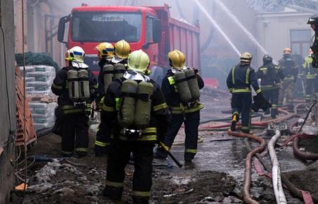 Hàng trăm nhân viên cứu hoả được huy động (Ảnh: Interfax)