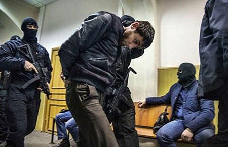 Cảnh sát đưa Zaur Dadayev vào tòa án quận Basmanny ngày 8-3 (Ảnh: MASHABLE)