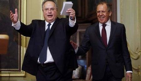 Ngoại trưởng Nikos Kotzias được chào đón nồng hậu ở Moscow hồi tháng 2 (Ảnh: EPA)