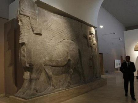 Bức tượng bò có cánh được chuyển từ thành phố Khorsabad đến bảo tàng Iraq ở Mosul