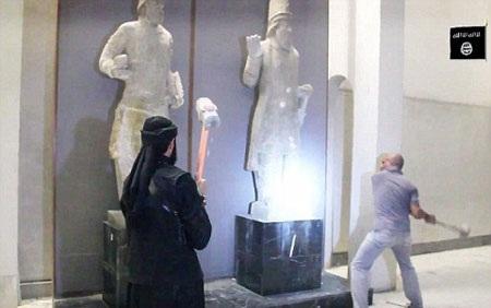 Phiến quân IS phá hủy các tượng cổ tại Iraq vào tháng 2 vừa qua (Ảnh AFP)