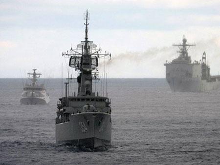 Tàu hải quân Indonesia trong cuộc tập trận Carat năm 2013 trên Biển Đông