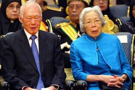 Ông Lý Quang Diệu và vợ tại lễ cưới Hoàng tử Brunei năm 2004 (Ảnh: AFP)