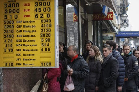 Người dân Ukraine phải đối mặt với tình cảnh khốn khó về kinh tế (Ảnh: EPA)