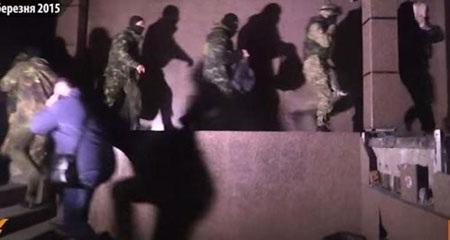 Các phần tử vũ trang bịt mặt đột nhập trụ sở Ukrtransnafta (Ảnh: Kyiv Post)