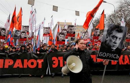 Một cuộc tuần hành tưởng niệm ông Nemtsov ở Moskva. (Ảnh: knews.esy.es)