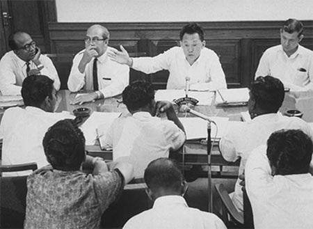 Ông Lý Quang Diệu phát biểu trong một cuộc họp năm 1965 (Ảnh: Time)