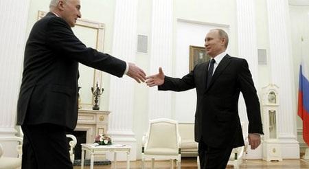 Tổng thống Nga Vladimir Putin tiếp lãnh đạo Nam Ossetia Leonid Tibilov tại Điện Kremlin (Nguồn: AP)