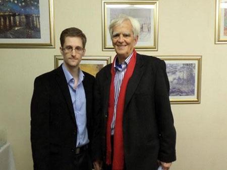 Edward Snowden trong cuộc gặp nghị sỹ Đảng Xanh Hans-Christian Stroebele của Đức