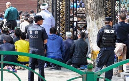 Cảnh sát Trung Quốc đứng bên ngoài một đền thờ Hồi giáo của người Duy Ngô Nhĩ (Ảnh: Getty Images)