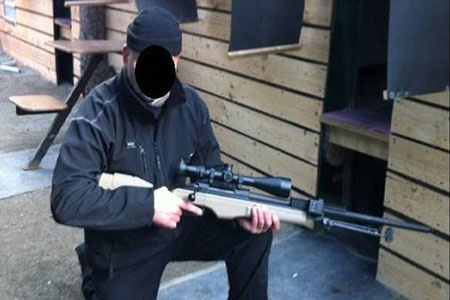 Chuẩn bị kỹ lưỡng với quân phục phù hợp cho địa hình sa mạc và súng bắn tỉa
