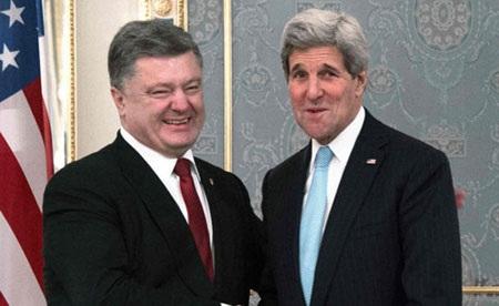Ngoại trưởng Mỹ John Kerry (phải) gặp Tổng thống Ukraina Petro Poreshenko tại Kiev ngày 5/2/2015