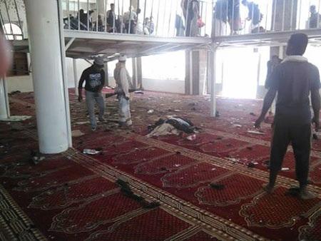 Máu các nạn nhân thấm đẫm những tấm thảm bên trong thánh đường