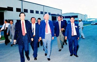 Ông Lý Quang Diệu (giữa, hàng đầu) thăm Khu công nghiệp Việt Nam - Singapore (VSIP) 1 vào năm 1997