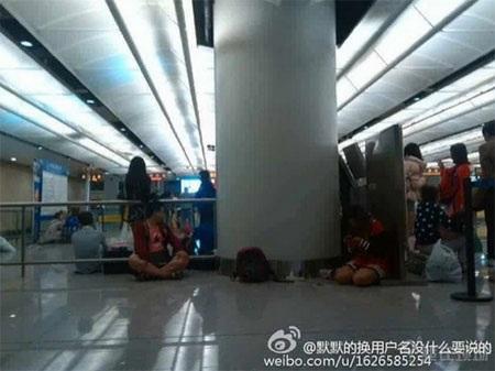 Hành khách trên chuyến bay chờ đợi tại sân bay Côn Minh (Nguồn: weibo.com)