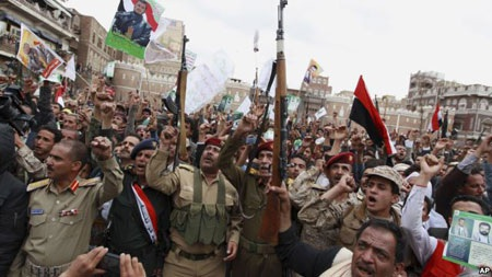 Phiến quân Houthi biểu tình ở Sanaa phản đối không kích (Ảnh: AP)