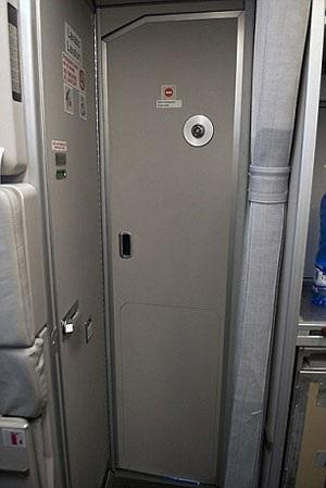 Cánh cửa ra vào khoang lái trên máy bay Airbus có thể chịu được một cú nổ lớn của lựu đạn