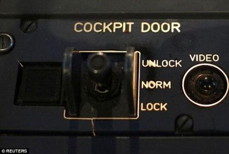 Tại sao cơ trưởng U9525 không mở được cửa buồng lái?