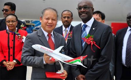 Tổng giám đốc điều hành Kenya Airways trao tận tay Phó cục trưởng món quà lưu niệm của tập đoàn