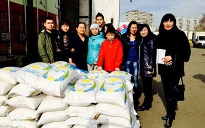 Các hội viên Chi hội phụ nữ TTTM Moscow chuẩn bị chuyển gạo tới Kazan