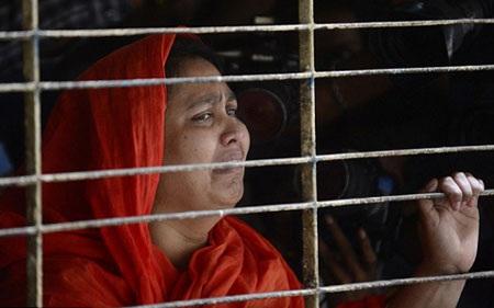 Người nhà của blogger Washiqur Rahman đau đớn khi nhìn thấy thi thể anh (ảnh: AFP)