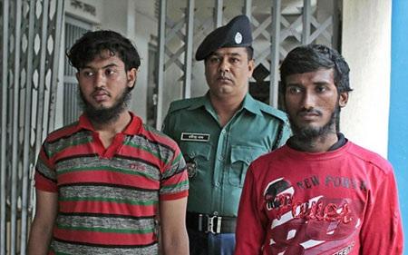 2 đối tượng (đi trước) tham gia vụ chém chết blogger nổi tiếng Bangladesh bị cảnh sát bắt (ảnh: AP)
