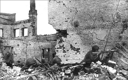 Binh sĩ Liên Xô tử thủ trong nội thành Stalingrad năm 1942 (ảnh: ww2today.com)