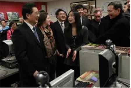Cựu Chủ tịch Trung Quốc Hồ Cẩm Đào thăm một Viện Khổng Tử ở Chicago (Mỹ) năm 2011