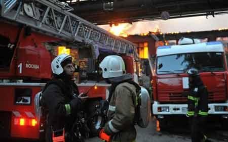 Lực lượng cứu hỏa tại hiện trường vụ cháy (ảnh: Itar-Tass)