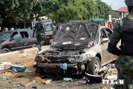Binh sỹ Nigeria điều tra tại hiện trường một vụ đánh bom (nguồn: AFP/TTXVN)
