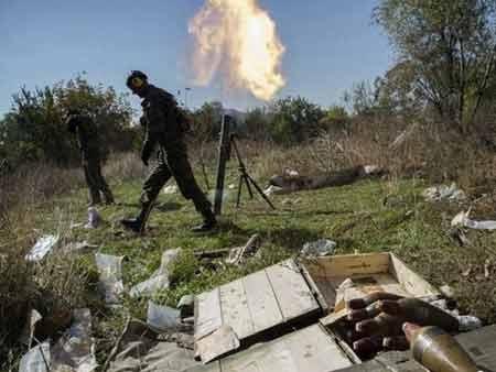 Lực lượng ly khai bắn súng cối về phía quân Ukraine gần sân bay ở thành phố Donetsk (nguồn: AP)