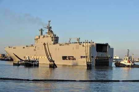 Tàu chiến chở trực thăng Mistral neo đậu tạ St Nazaire (Nguồn: AFP)
