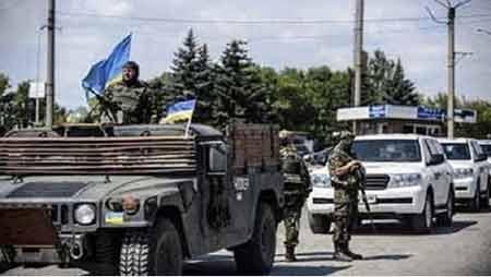 Đoàn xe của OSCE được lực lượng an ninh Ukraine hộ tống